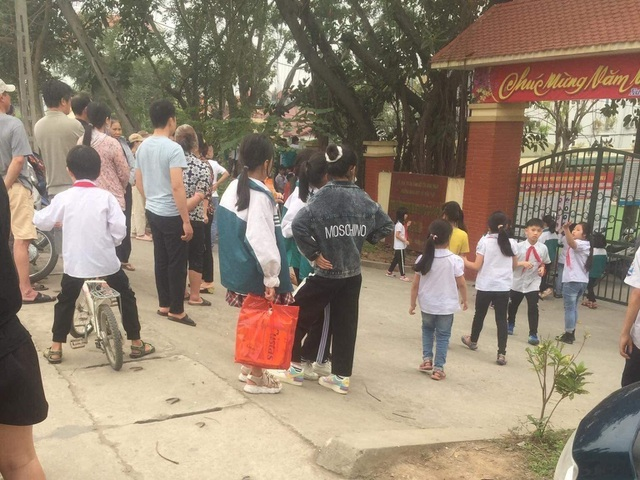Nhiều người tập trung tại cổng trường sau sự việc