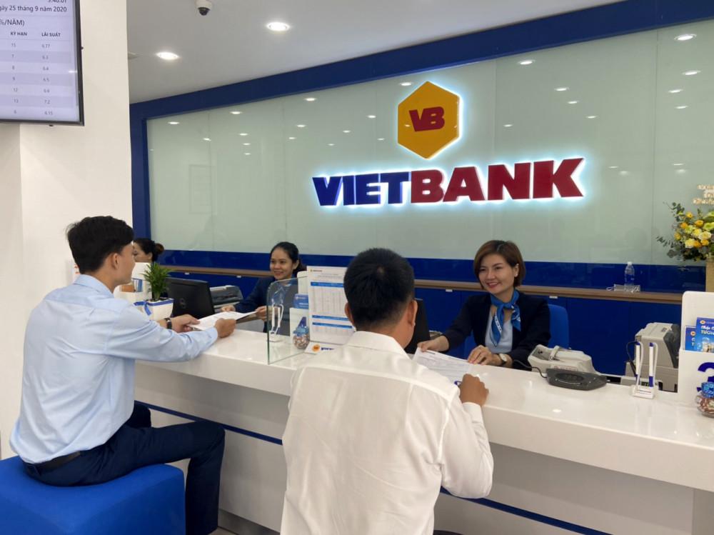Khách hàng đến giao dịch tại Vietbank. Ảnh: VB
