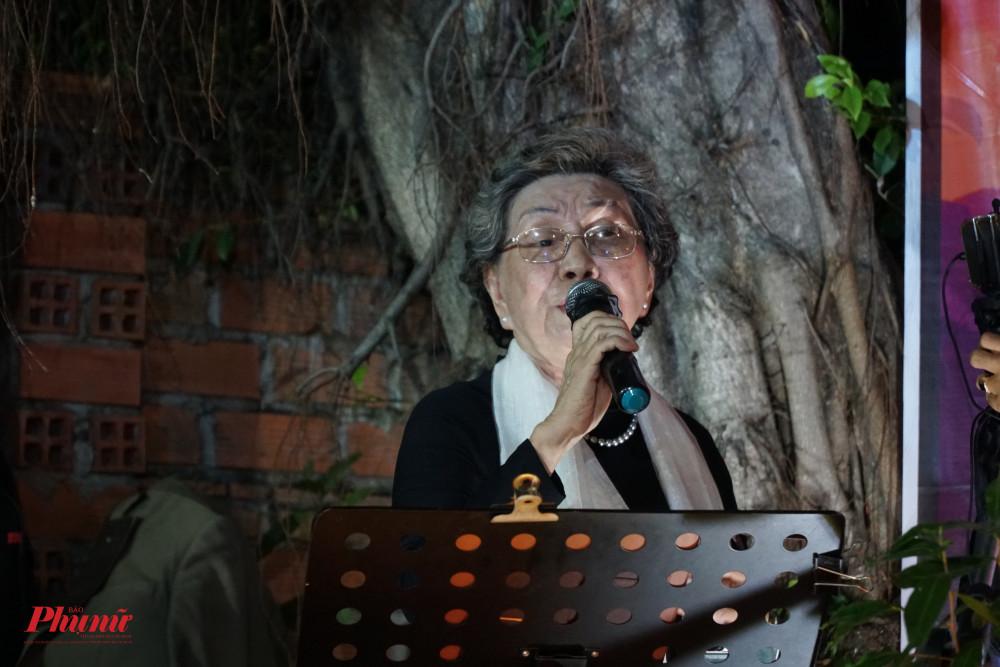 Bà Hồng Châu biểu diễn trong đêm nhạc