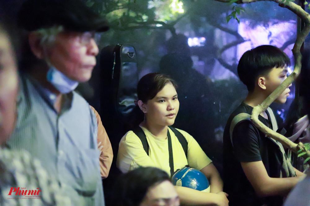 15 năm qua, chị Thục Chi (áo vàng) vẫn giữ thói quen mang đàn đến mộ nhạc sĩ Trịnh Công Sơn vào ngày 1/4