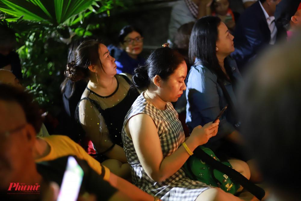 Khán giả nhiều lứa tuổi đã có mặt từ chiều để tham dự đêm nhạc tưởng nhớ nhạc sĩ Trịnh Công Sơn