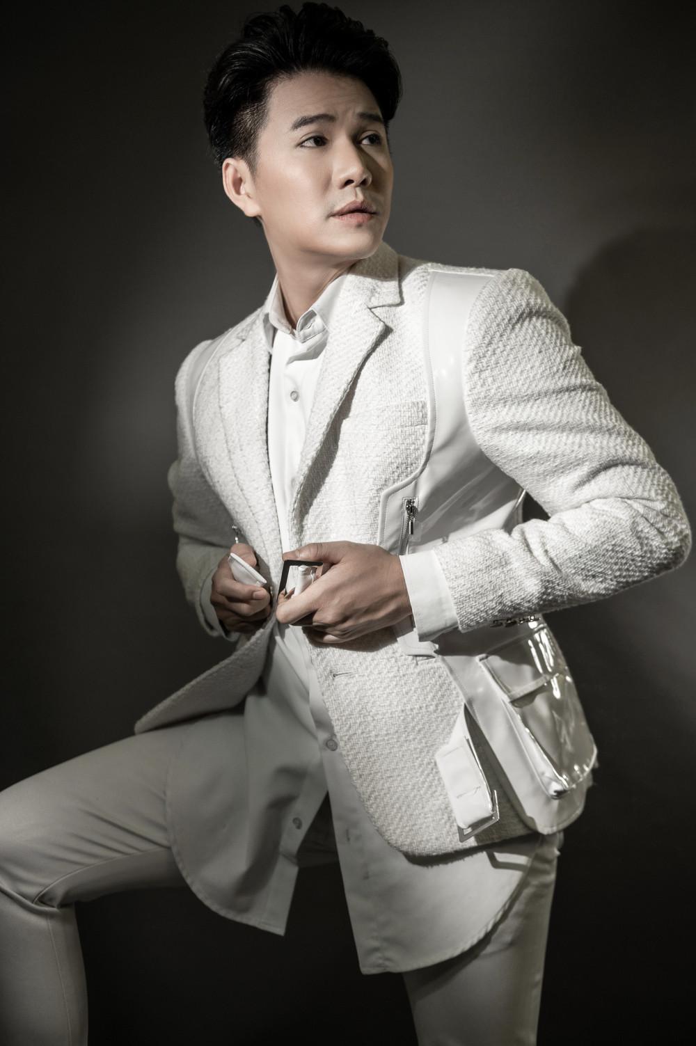 Khi tham gia các sự kiện hay đảm nhận vị trí dẫn chương trình, Vũ Mạnh Cường thường lựa chọn những mẫu vest truyền thống. Với anh khi khoác lên mình trang phục vest giúp anh cảm thấy tự tin, thoải mái trong việc thể hiện cá tính.