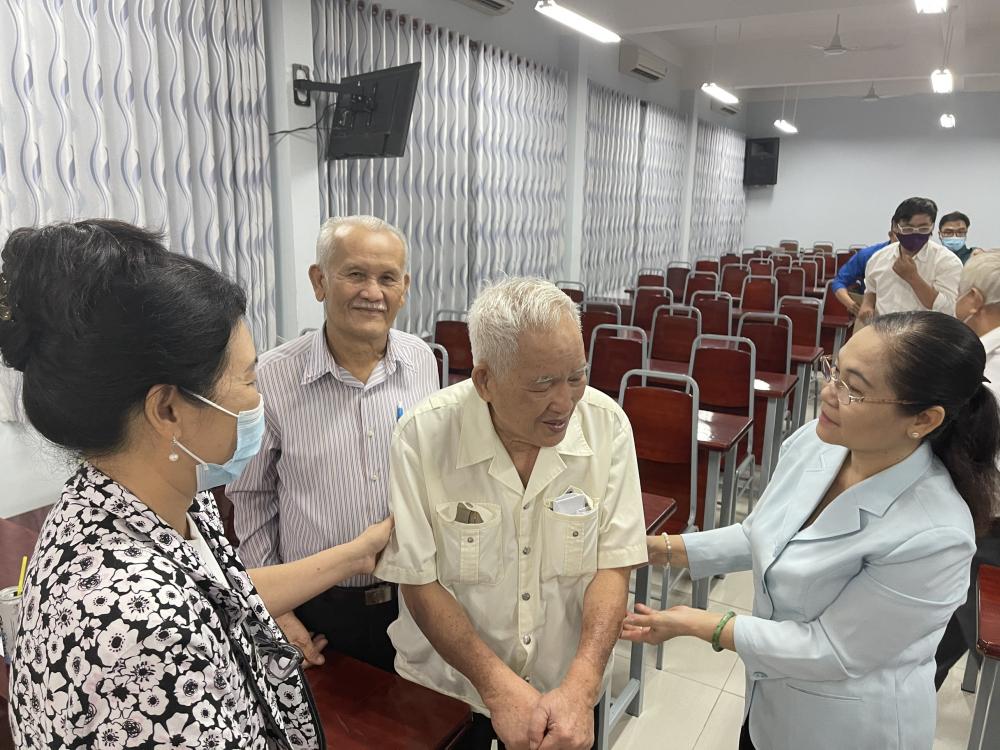 Bà Nguyễn Thị Lệ trao đổi với các cử tri tại Hội nghị cử tri nơi cư trú ở phường 12, quận 3.