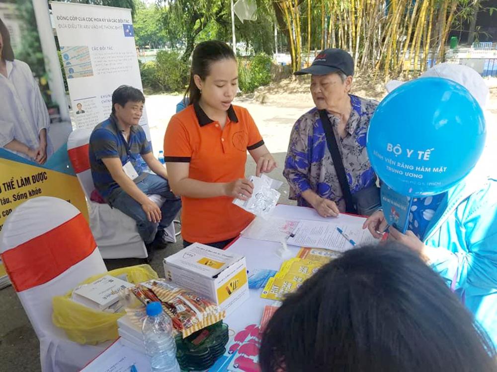 Nhân viên công tác xã hội truyền thông về HIV cho cộng đồng