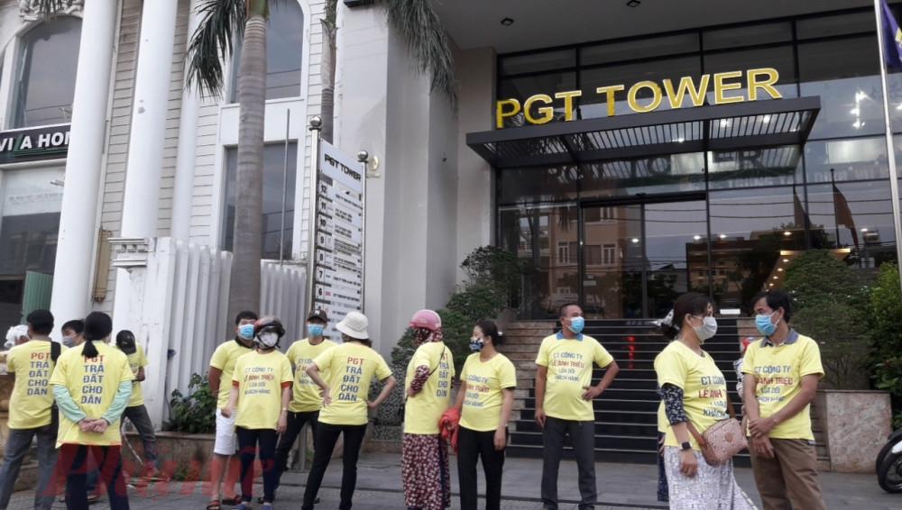 Khách hàng tập trung tại tòa nhà của công ty Phú Gia Thịnh đòi quyền lợi