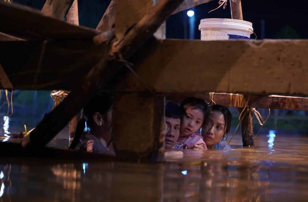 Cảnh 5 diễn viên ngâm mình dưới nước trong phim Lật mặt: 48g sắp ra mắt