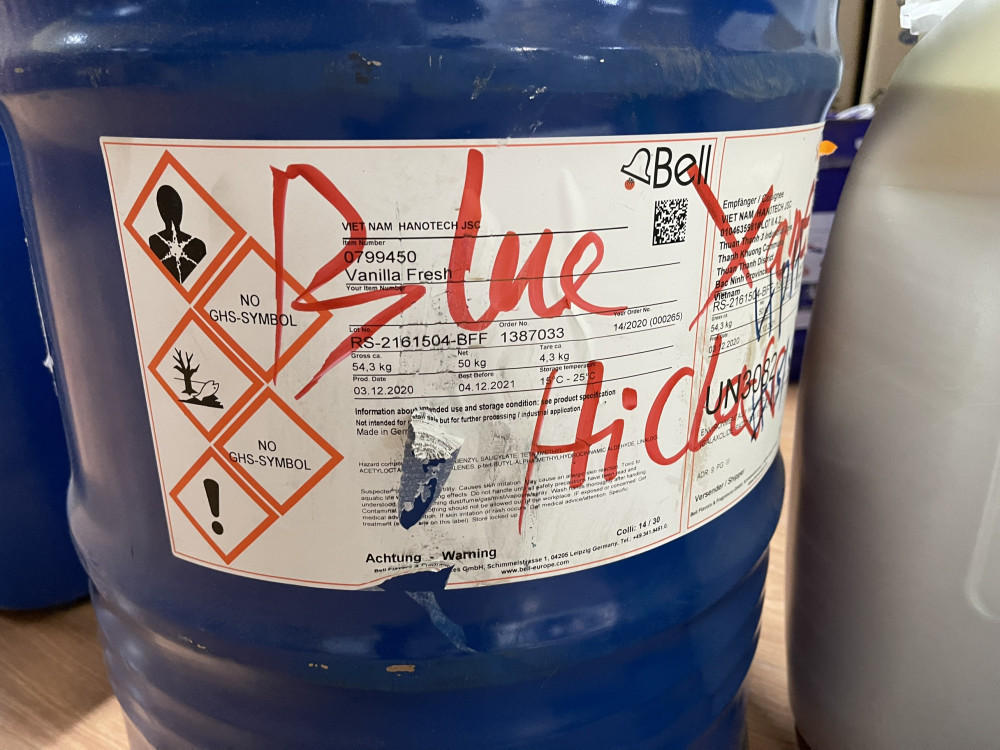 Hóa chất dùng để pha chế nước giặt đoàn kiểm tra thu giữ tại hiện trường.