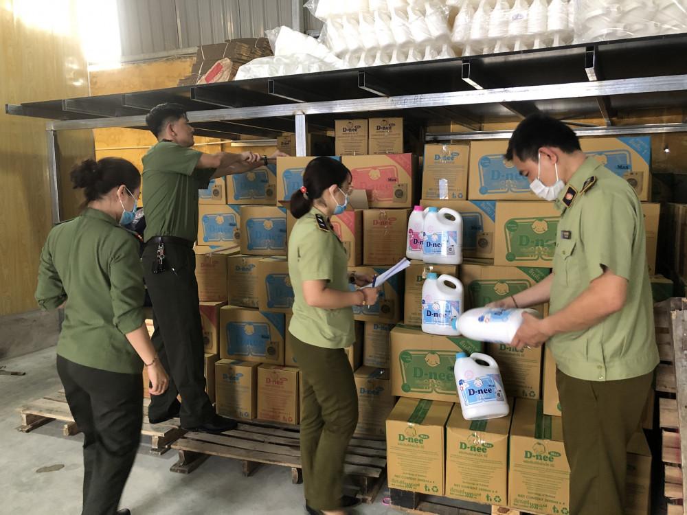 Lực lượng QLTT thu giữ hàng nghìn chai nước giặt giả nhãn hiệu Dnee.
