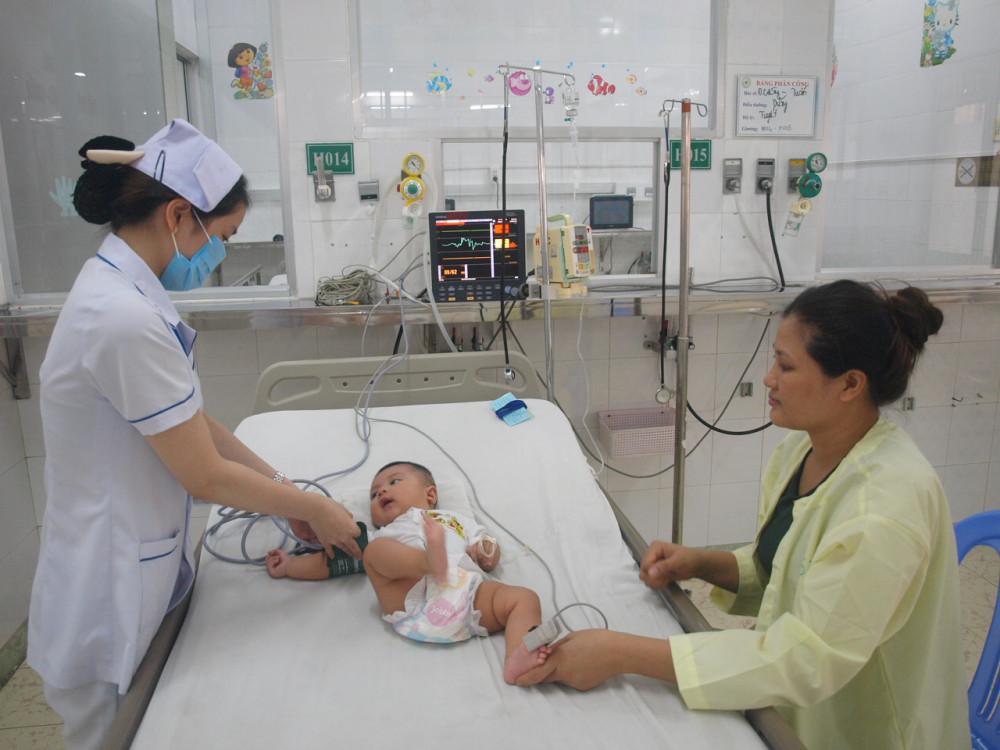 Bác sĩ Trí khám bệnh cho trẻ mắc TCM tại BV quốc tế Hoàn Mỹ Đồng Nai