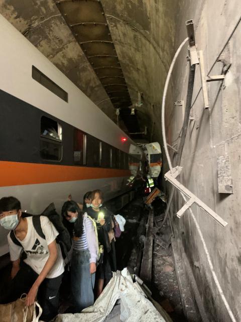 Hành khách ở các toa mắc kẹt phái trong đường hầm cũng được hướng dẫn đến nơi an toàn