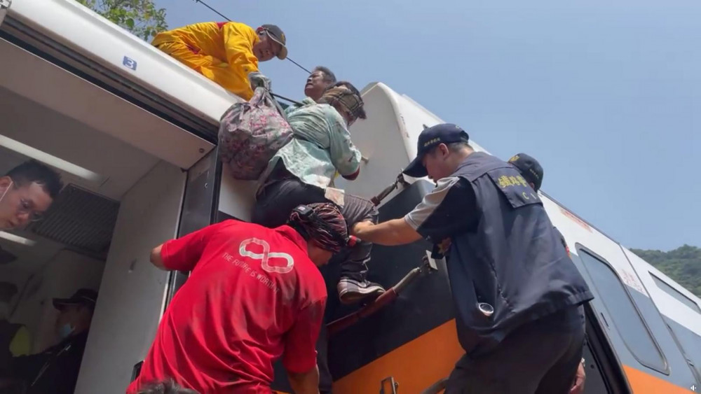 Hành khách được đội cứu hộ sơ tán khỏi các toa tàu