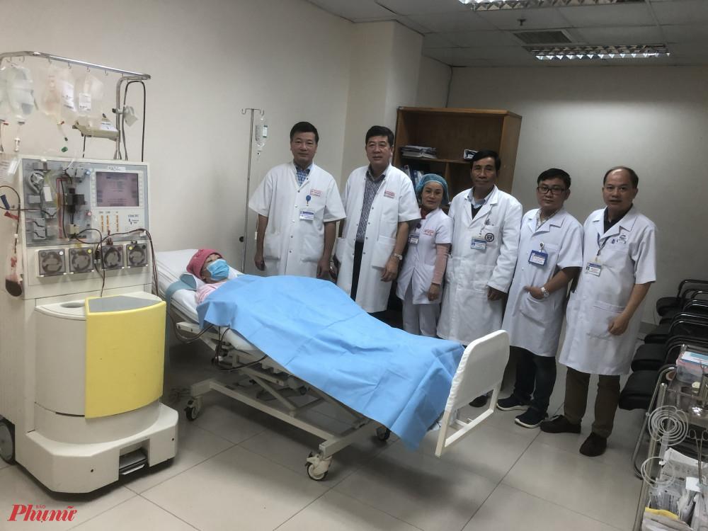 Bệnh nhân Ngô Hoàng N.  cùng đội ngũ y, bác sĩ sau ca ghép tế bào gốc thành công