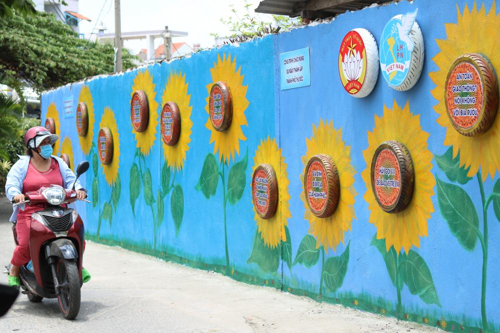 Việc sơn, vẽ sẽ còn được tiến hành trong những ngày tới để tạo nên một bức tường hoa thật sinh động.