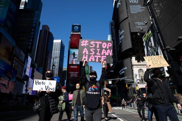 Người biểu tình tuần hành chống lại làn sóng thù hận người châu Á trên Quảng trường Thời đại ở New York hôm 20/3 - Ảnh: BI/Getty Images
