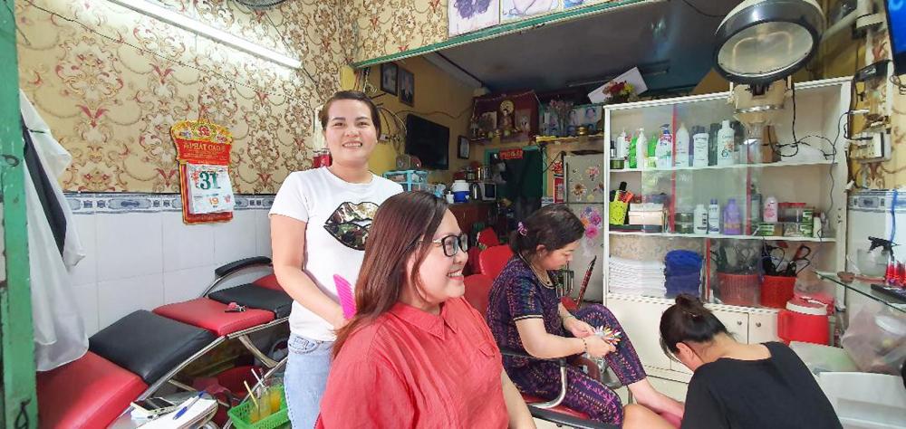 Chị Trần Thị Kim Ngọc đang ước mơ có đủ tiền mua nhà trả góp bằng tiệm làm tóc
