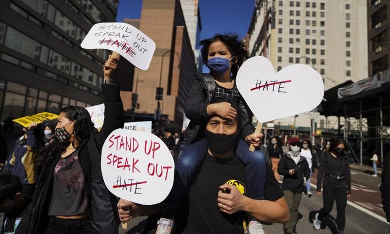 Người biểu tình tuần hành chống lại làn sóng thù hận người châu Á ở thành phố New York - Ảnh: Getty Images