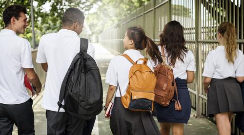 Học sinh phổ thông các cấp có thể gặp khó khăn khi chia sẻ trải nghiệm với ai