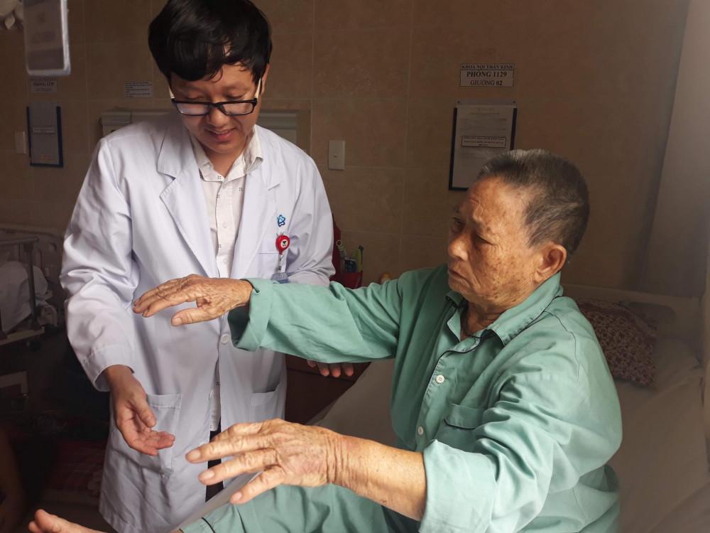 bác sĩ hướng dẫn cho người đột quỵ