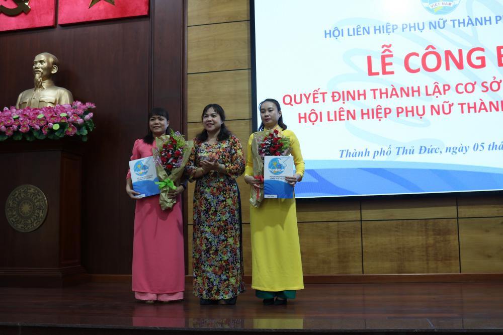Bà Nguyễn Hạnh Thảo (giữa) - Chủ tịch Hội LHPN TP.Thủ Đức - trao quyết định thành lập các cơ sở Hội mới.