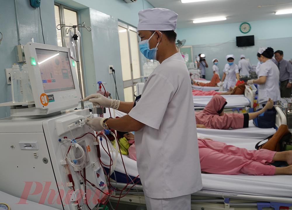 Nhân viên y tế theo dõi sức khỏe cho bệnh nhân đang lọc máu tại khoa Thận nhân tạo, Bệnh viện Chợ Rẫy