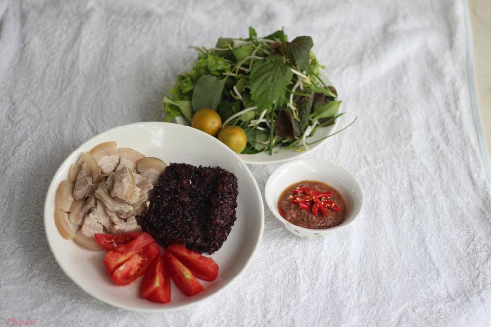 Theo lời mẹ chồng, mắm ruốc chua là đặc sản của vùng đất cát Quảng Trị.