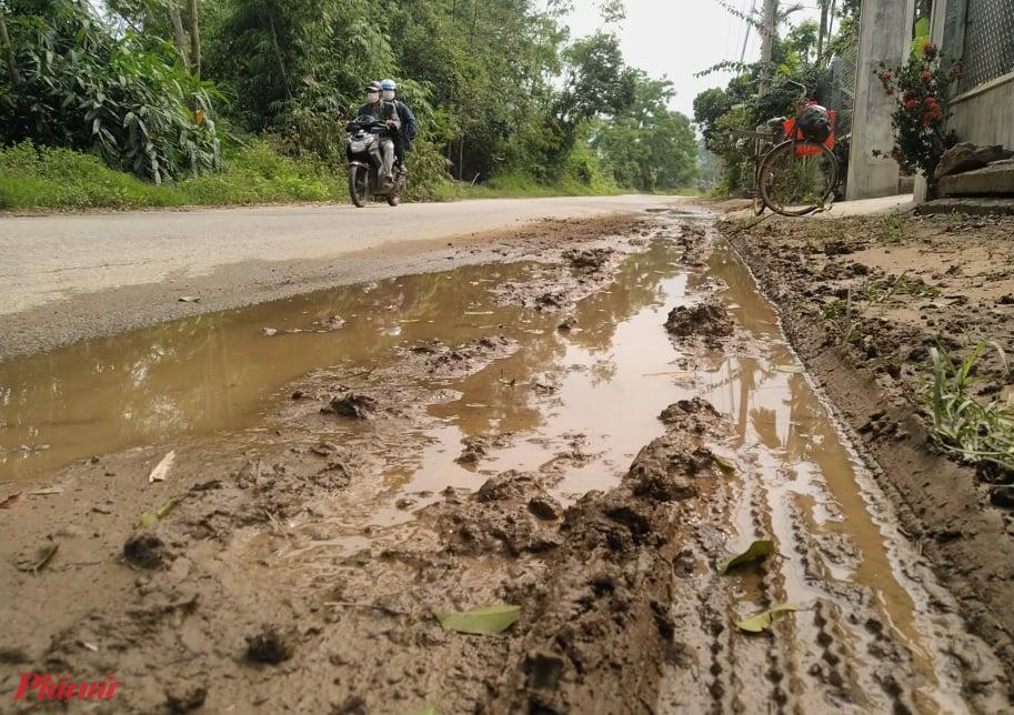 Khi có mưa giông đường tỉnh lộ đi qua các xã Phong Mỹ, Phong Sơn, Phong Xuân lầy lội