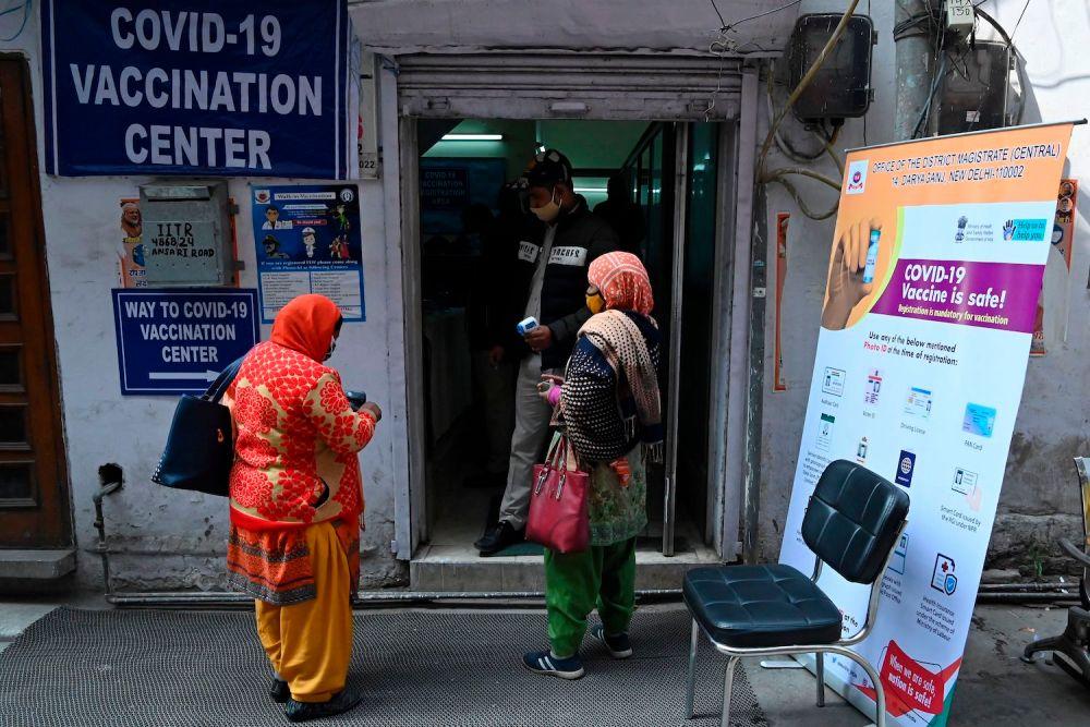 Nhân viên tuyến đầu ở Ấn Độ chờ đợi để được tiêm vắc-xin COVID-19 tại một trung tâm tiêm chủng ở New Delhi - Ảnh: AFP/Getty Images