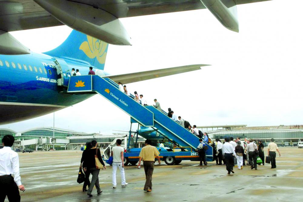 Việc các hãng hà ng không cạnh tranh bằ ng giá vé giúp người dân có cơ hội đi máy bay, giú p ngành du lịch dần phục hồi ẢNH: D.Đ.MINH