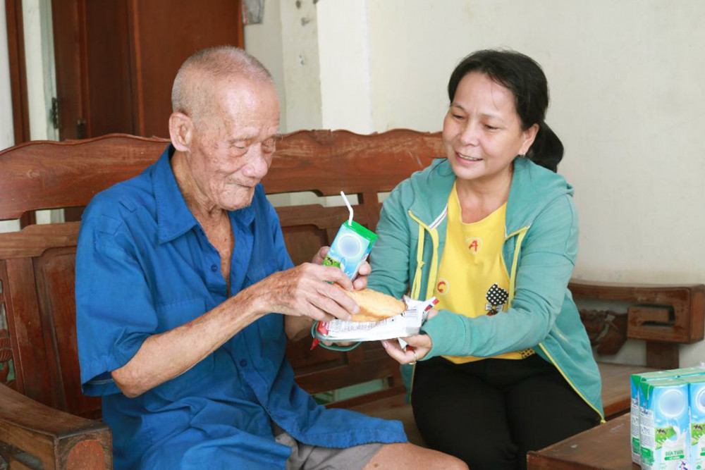 Chị Tuyền tới lui chăm sóc, hỗ trợ cha con cụ Ba Nốp