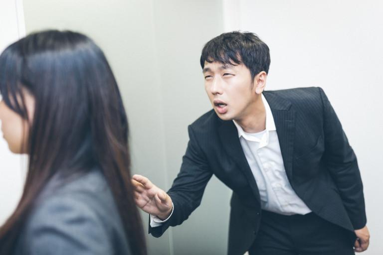 Ông Shimura khuyến khích các nhân viên nam nên rủ rê đồng nghiệp nữ cùng chơi đùa để có em bé