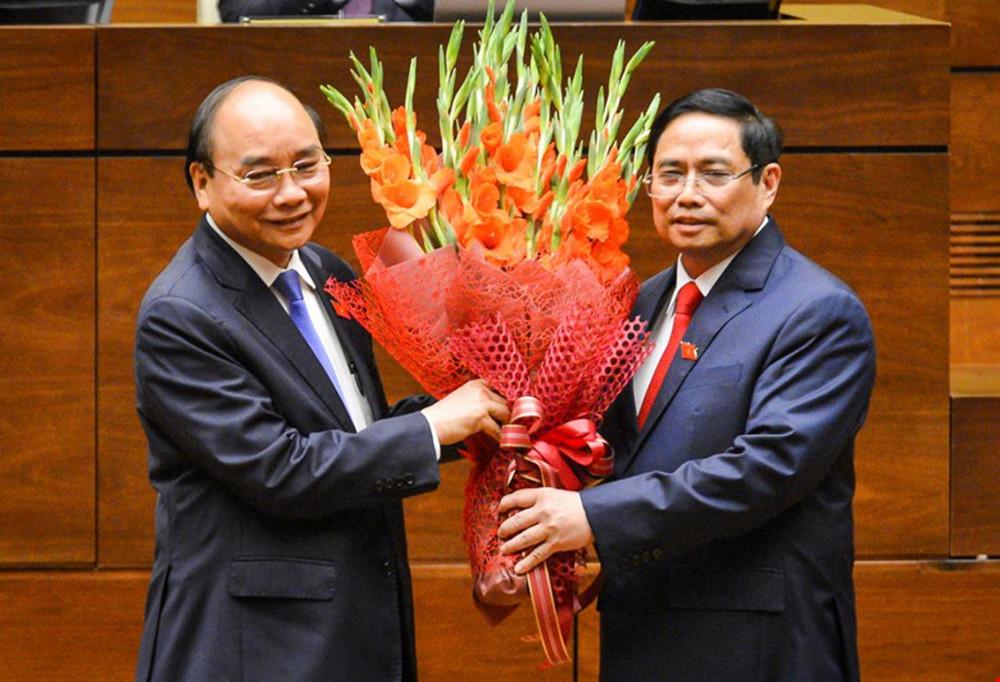 Thủ tướng Phạm Minh Chính tặng hoa Chủ tịch nước Nguyễn Xuân Phúc,  Thủ tướng Chính phủ nhiệm kỳ 2016 - 2021