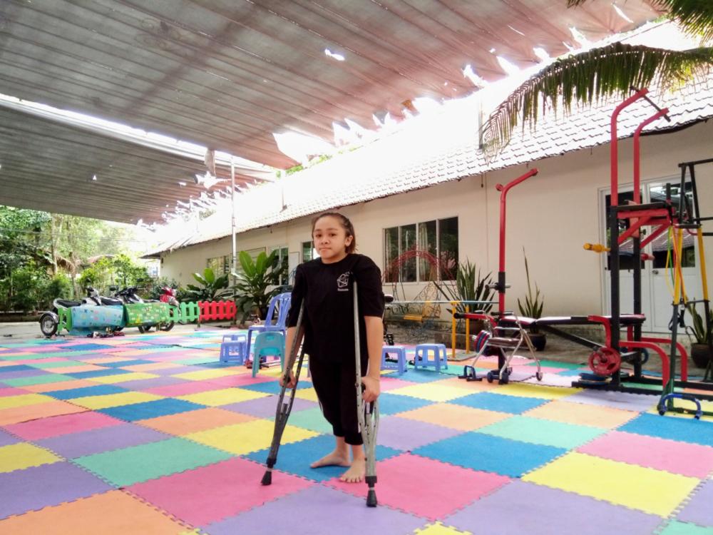 Xuân Quyên đã có thể đi lại bằng nạng từ năm học lớp Bảy