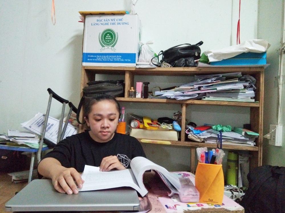 Ngoài giờ tập luyện điều trị bệnh, Quyên dành hết thời gian cho việc học