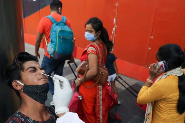 Ấn Độ tăng cường xét nghiệm COVID-19 khi dịch bệnh lên đến đỉnh điểm.