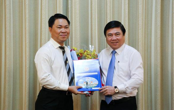 Chủ tịch UBND TP.HCM Nguyễn Thành Phong trao quyết định cho ông Trần Hoàng Quân
