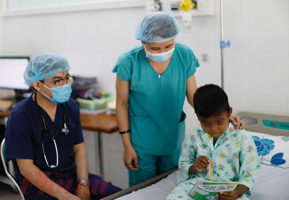 Khi đến thăm khám, bác sĩ Bệnh viện Nhi đồng 2 đã tặng bé cuốn sách để động viên