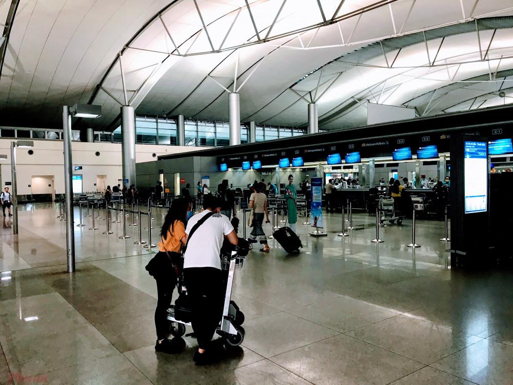 Khu vực ga đi quốc tế của sân bay Tân Sơn Nhất trước khi 'tê liệt' hoàn toàn vì dịch COVID-19. Ảnh: Quốc Thái