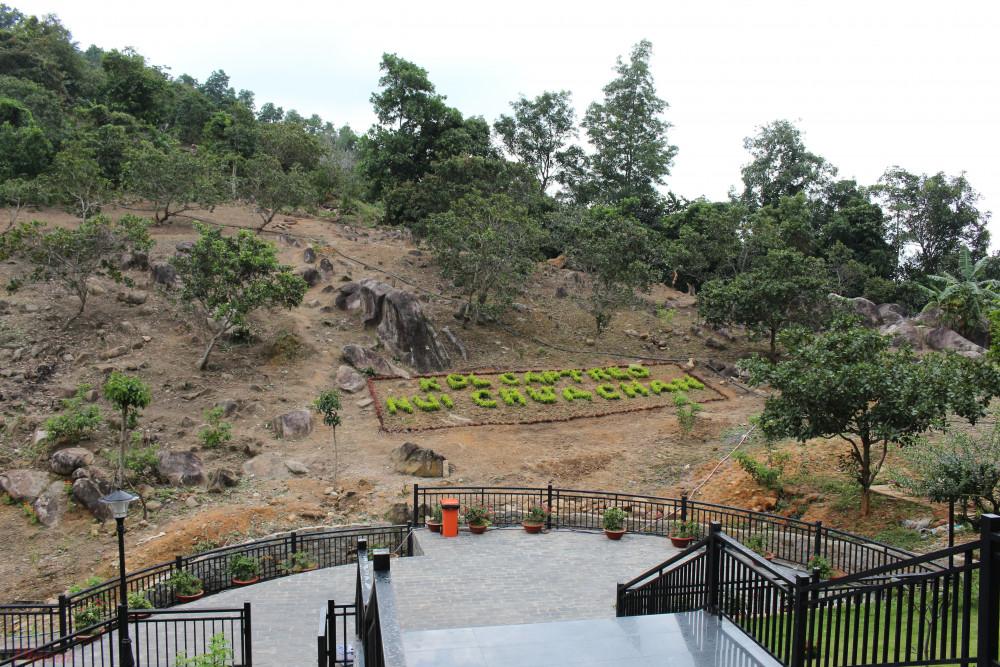 Đoạn đường từ trạm cáp treo giữa núi đến chùa là những bậc thang với các đường nét gấp khúc cá tính nhưng không kém phần tinh tế.