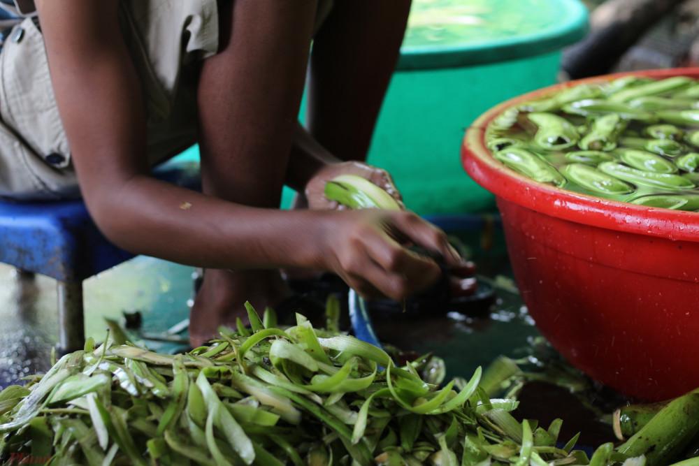 Hay tìm hiểu sự nguyên liệu và cách chế biến món chuối sấy gừng - đặc sản nhất định phải thử khi đến núi Chứa Chan hoặc mua về làm quà.