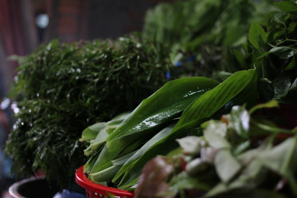 Trong lúc chinh phục núi Chứa Chan, nếu mệt hay đói, bạn có thể tạt vào một hàng quán ven đường lên núi, thưởng thức bánh xèo rau rừng.