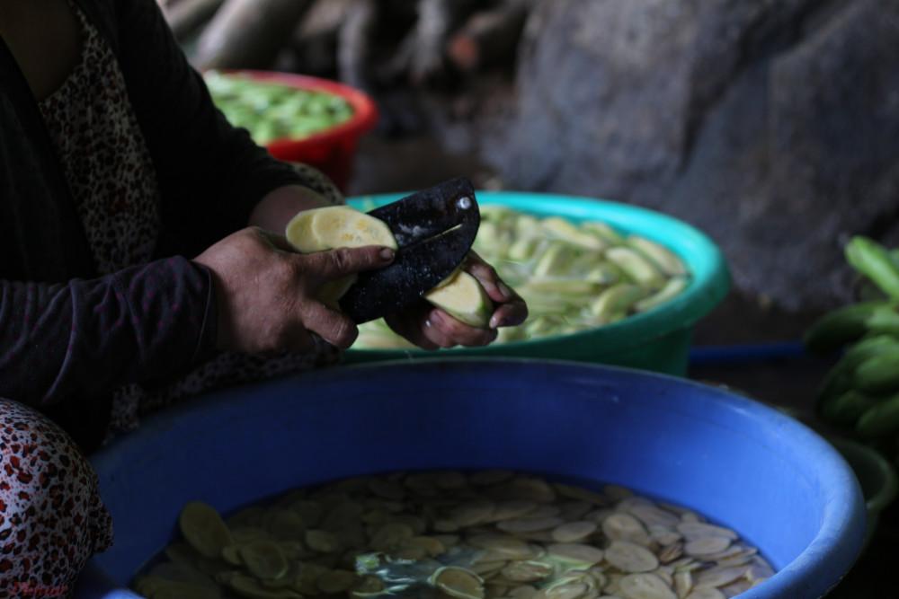 Theo chị M.T, người sở hữu một trong những quầy bán chuối sấy gừng tại núi Chứa Chan món ăn này được làm từ chuối bơm còn xanh, gọt bỏ vỏ, ngâm với nước muối để bớt mủ rồi sấy bằng chảo nóng trên bếp lửa. Khi chuối đạt độ giòn nhất định thì thêm gừng và đường vừa ăn.