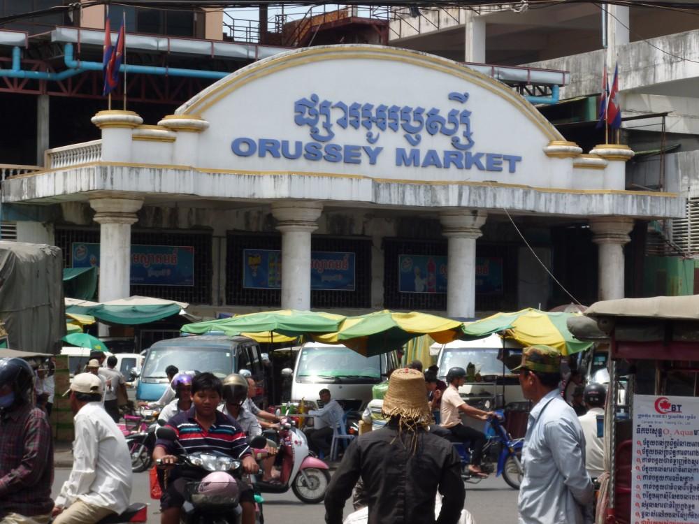 Chợ đầu mối Orussey tại thủ đô Phnom Penh của Campuchia đã buộc phải đóng cửa do lo ngại COVID-19 lây lan diện rộng