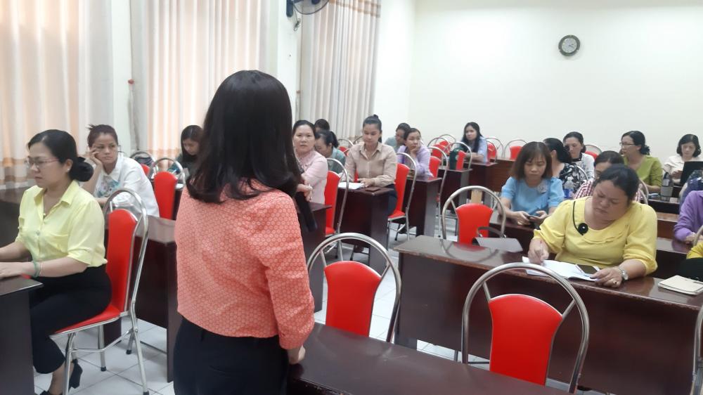 Bà Nguyễn Thị Thanh Loan trao đổi về vai trò của tổ chức Hội, đặc biệt là cán bộ Hội cấp cơ sở trong ia1m sát và phản biện xã hội