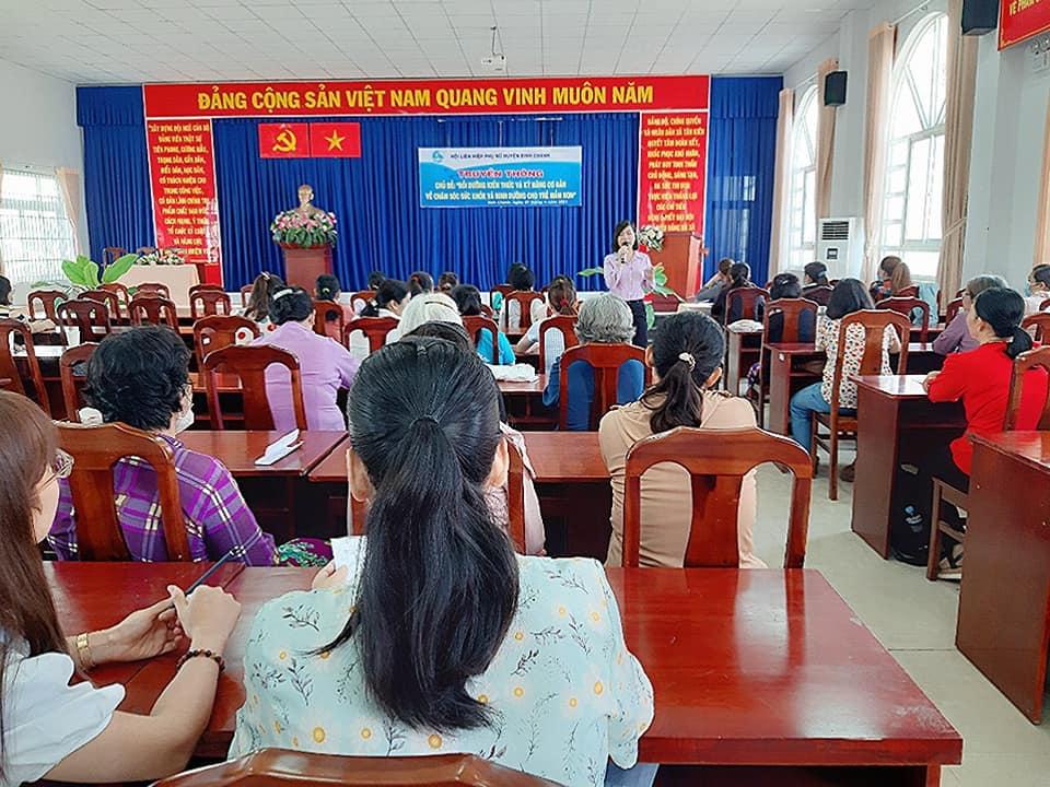 Thạc sĩ Trần Thị Hồng trao đổi cùng phụ huynh cở H, Bình Chánh về những kỹ năng chăm sóc trẻ.