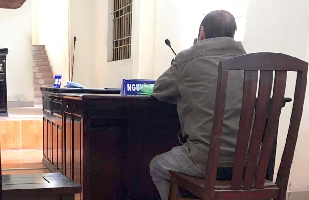 """Ôm đống hồ sơ, không quên thủ sẵn thuốc cắt cơn hen suyễn, ông Nguyễn Văn T. đến tòa rất sớm, lặng lẽ ngồi vào bàn có bảng """"nguyên đơn"""" quen thuộc"""