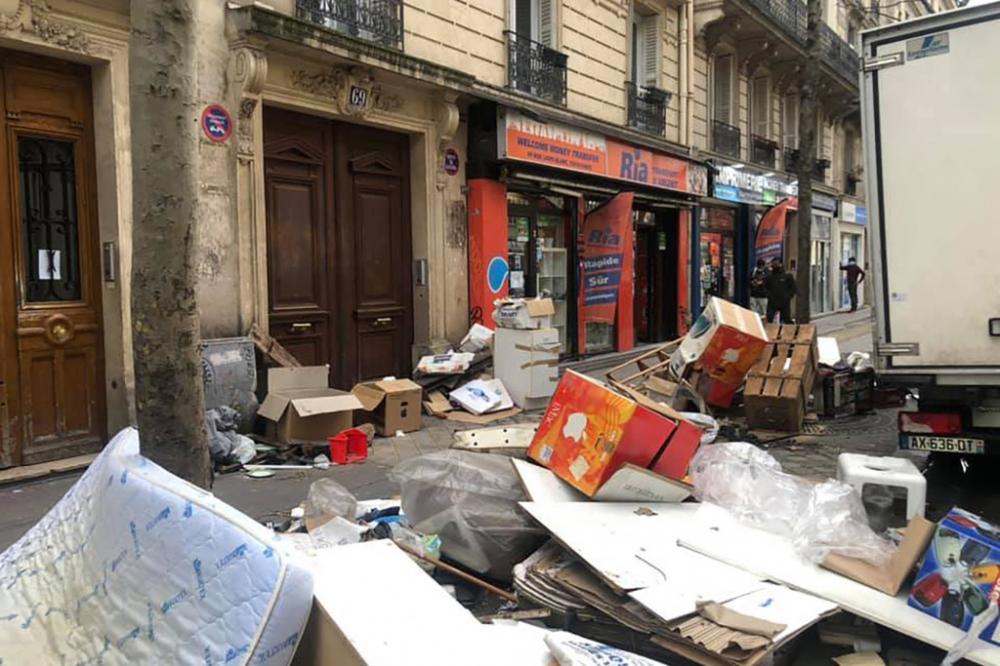 """""""Thành phố một thời xinh đẹp đã biến thành một đống rác đầy chuột bọ"""" - Ảnh: #SaccageParis"""