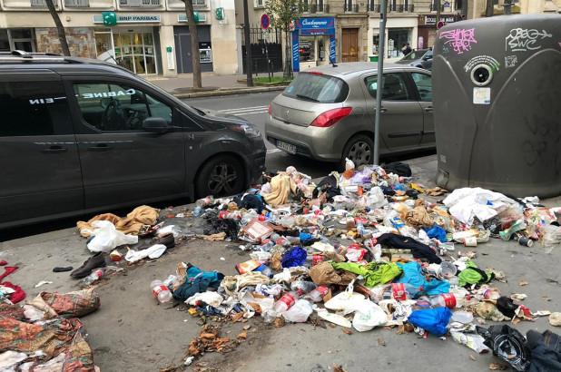 Rác chất đống trên đường phố Paris - Ảnh: #SaccageParis