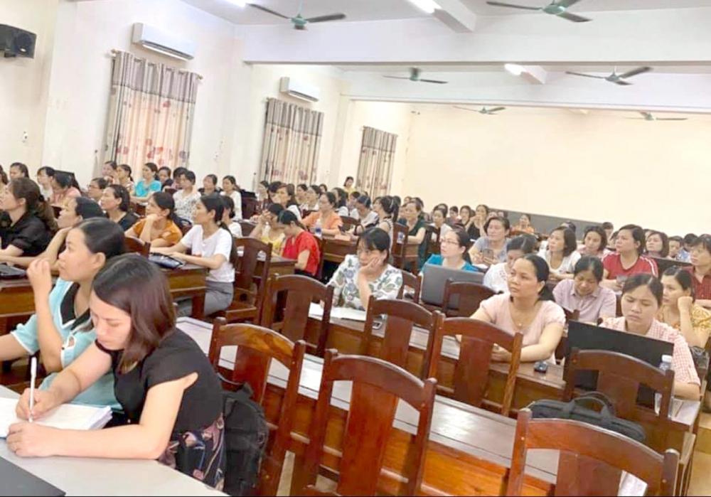 Thời gian qua, đội ngũ giáo viên trên cả nước phải cấp tập hoàn thành chứng chỉ chức danh nghề nghiệp bằng những buổi học lại các nội dung đã thường xuyên được tập huấn, bồi dưỡng (ảnh minh họa)
