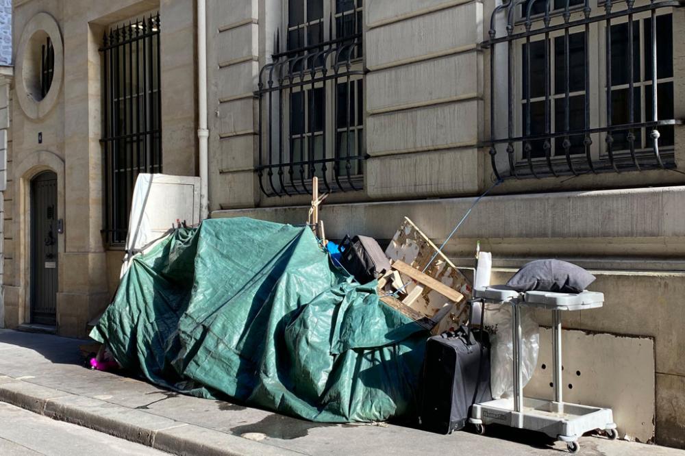 Một tấm bạt xanh phủ kín đống rác trên đường phố Paris - Ảnh: #SaccageParis