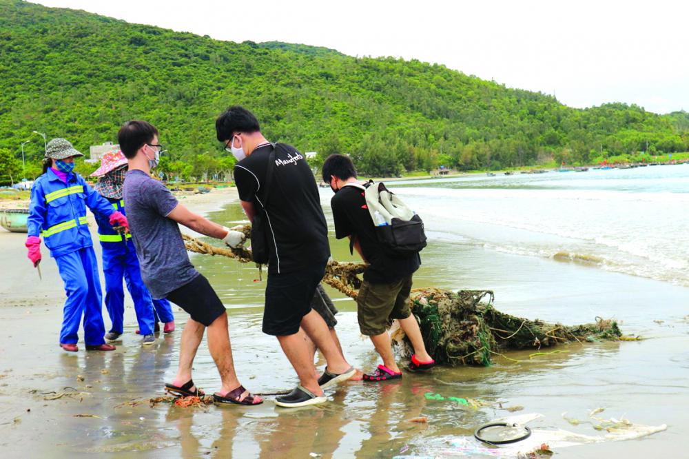 Hoạt động dọn rác trên bờ biển Đà Nẵng của Green Beli
